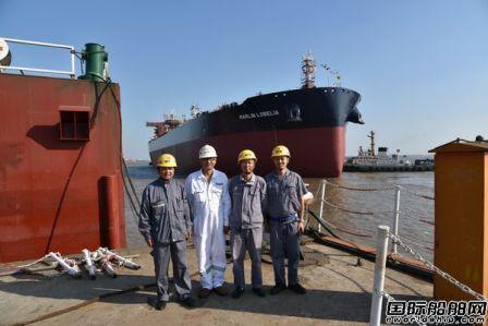 新时代造船两艘油船顺利下水